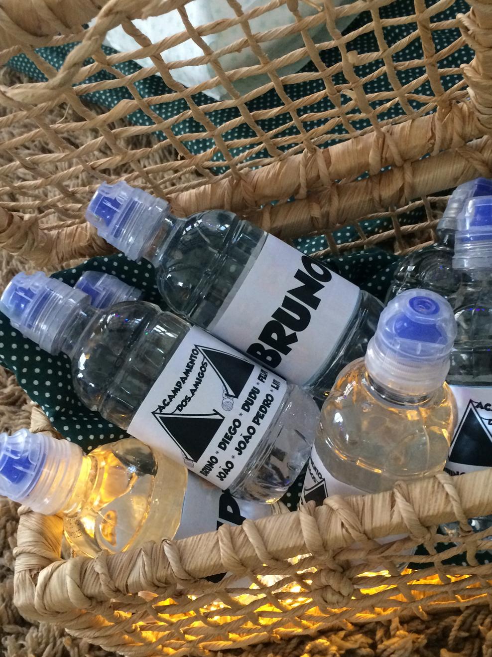 No detalhe, as garrafinhas de água personalizadas com o nome de cada convidado