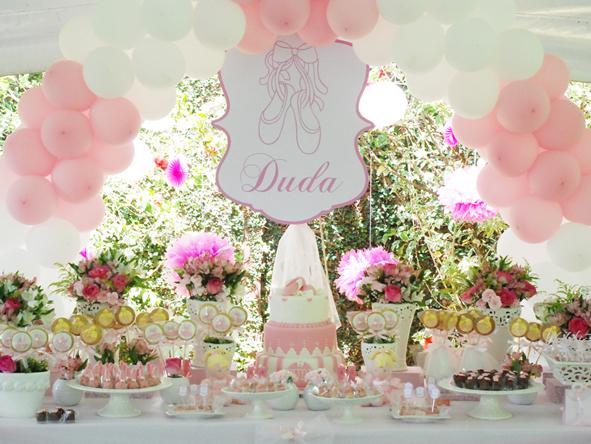 A mesa principal, com a natureza ao fundo, fazendo parte da decoração